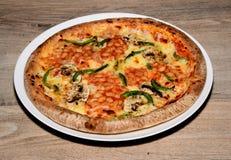 Pizza del pomodoro e del formaggio con i fagioli in salsa fotografia stock