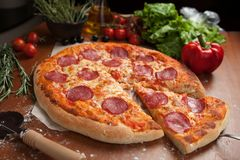 Pizza del salami en la tabla Fotos de archivo libres de regalías