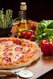 Pizza del salami en la tabla Imagen de archivo
