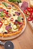 Pizza del salami y de la verdura Fotografía de archivo libre de regalías