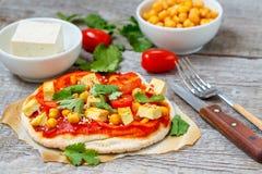 pizza del vegano con i ceci ed il tofu fotografia stock