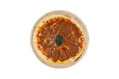 Pizza deliciosa com carne triturada em um suporte de madeira isolado em um fundo branco Vista superior Fotografia de Stock