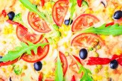 Pizza deliciosa com close-up dos vegetais fotos de stock royalty free
