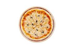 Pizza deliciosa com cogumelos e galinha em um suporte de madeira isolado em um fundo branco Vista superior Imagens de Stock Royalty Free