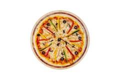 Pizza deliciosa com pimentas doces e azeitonas da galinha dos cogumelos em um suporte de madeira isolado em um fundo branco Fotos de Stock