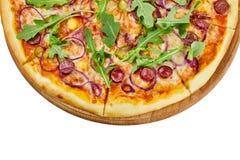 Pizza deliciosa con el pepino y las cebollas de la salsa de la mozzarella de las salchichas en un tablero de madera en un fondo b fotografía de archivo