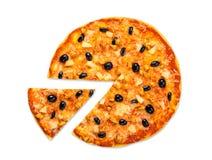 Pizza deliciosa con el pollo, la piña y las aceitunas aislados Fotografía de archivo
