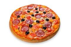 Pizza deliciosa con el salami, las setas y las aceitunas Imágenes de archivo libres de regalías