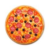Pizza deliciosa con el salami, las setas y las aceitunas Fotografía de archivo libre de regalías