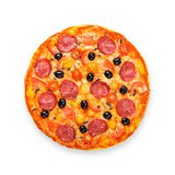 Pizza deliciosa con el salami, las setas y las aceitunas Imagen de archivo