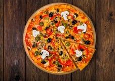 Pizza deliciosa con el salami, las setas y las aceitunas Fotos de archivo