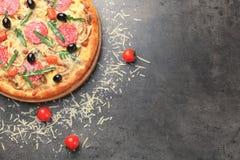 Pizza deliciosa con el tomatoe Foto de archivo libre de regalías