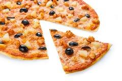Pizza deliciosa con la piña, el pollo y las aceitunas Fotos de archivo libres de regalías