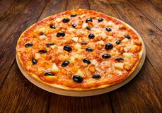Pizza deliciosa con la piña, el pollo y las aceitunas Fotos de archivo
