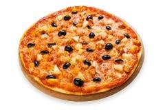 Pizza deliciosa con la piña, el pollo y las aceitunas Imagenes de archivo