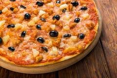 Pizza deliciosa con la piña, el pollo y las aceitunas Imagen de archivo libre de regalías