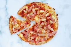 Pizza deliciosa con la piña, rebanada del jamón, rebanada del tocino, mozzarel imágenes de archivo libres de regalías