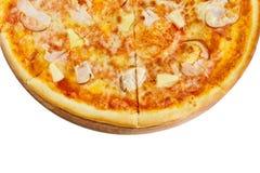 Pizza deliciosa con la salsa de queso de la mozzarella, el pollo ahumado y la piña en un tablero de madera imágenes de archivo libres de regalías