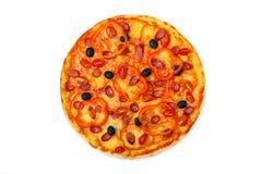 Pizza deliciosa con las salchichas, las pimientas y las aceitunas Fotos de archivo