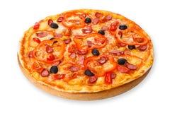 Pizza deliciosa con las salchichas, las pimientas y las aceitunas Fotografía de archivo