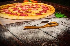 Pizza deliciosa con las verduras y el queso en una tabla de madera foto de archivo libre de regalías