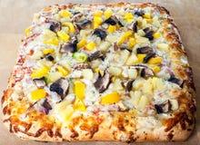 Pizza deliciosa con los desmoches clasificados Imagen de archivo libre de regalías
