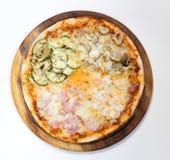 Pizza deliciosa de la mezcla en el fondo blanco Foto de archivo libre de regalías