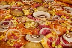 Pizza deliciosa de los camarones y de los mejillones de los mariscos en una tabla de madera negra Alimento italiano Visión superi imagenes de archivo