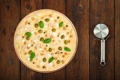 Pizza deliciosa de los mariscos con el cortador del acero de las aceitunas Imagen de archivo