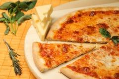 Pizza deliciosa en la placa de madera fotografía de archivo libre de regalías