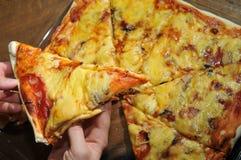 Pizza deliciosa en una cacerola caliente Foto de archivo