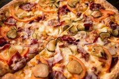 Pizza deliciosa na crosta fina com galinha, queijo, salmouras e pimentas Imagem de Stock Royalty Free