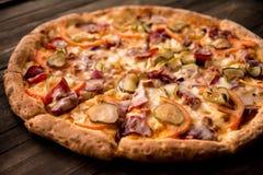Pizza deliciosa na crosta fina com galinha, queijo, salmouras e pimentas Fotos de Stock