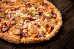 Pizza deliciosa na crosta fina com galinha, queijo, salmouras e pimentas Foto de Stock
