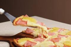 A pizza deliciosa serviu na placa de madeira - Imagen fotos de stock