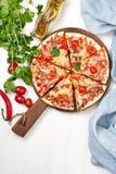 A pizza deliciosa serviu na tabela de madeira clara imagens de stock royalty free