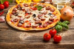 Pizza deliziosa fotografie stock