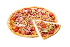Pizza deliziosa con con le cipolle, il bacon e la ciliegia immagini stock