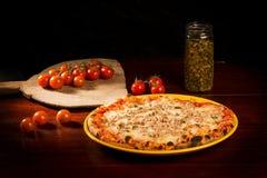 Pizza deliziosa con formaggio, carne ed i germogli sulla tavola di legno Immagini Stock Libere da Diritti