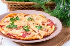 Pizza deliziosa con formaggio e prezzemolo fotografie stock libere da diritti