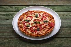 Pizza deliziosa con formaggio sul piatto bianco Fotografie Stock