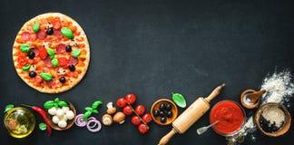 Pizza deliziosa con gli ingredienti e le spezie fotografia stock