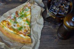 Pizza deliziosa con un vetro di cola fredda con ghiaccio Immagini Stock Libere da Diritti