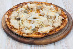 Pizza deliziosa del pollo su legno Fotografia Stock