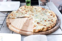 Pizza deliziosa nel ristorante immagini stock libere da diritti