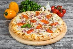 Pizza della carne con bacon, pollo, pomodori, con i rosmarini e le spezie immagini stock