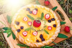 Pizza della frutta con l'ananas del kiwi delle fragole Fotografia Stock