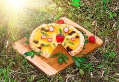 Pizza della frutta con l'ananas del kiwi delle fragole Immagine Stock Libera da Diritti