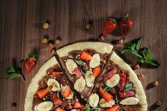 Pizza della frutta fatta con cioccolato e la banana immagini stock libere da diritti