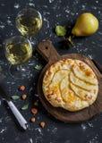 Pizza della pera e due vetri di vino bianco Fotografia Stock